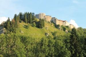 Château de Joux auf einem steilen Felsen gelegen