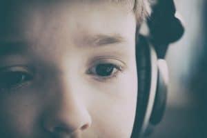 Kind hört Hörbuch