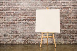 Business Model Canvas als Leinwand vor Mauer
