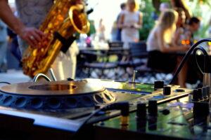 Deze foto toont een saxofonist met DJ set.