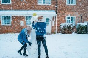 Emotionale Nähe durch Schneemannbauen