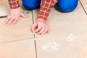 Работа по установке крестиков при укладке плитки