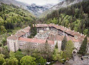 Rilski-manastiru-u-dolini-planine-Rile.jpg