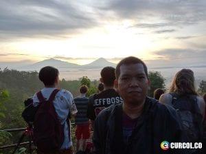 Selfie di Punthuk Setumbu, background pemandangan orang dan alam