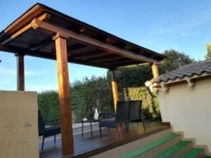 Porche y suelo de madera en la terraza de la piscina 1
