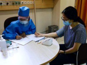 Muchos países ya tienen problemas para controlar las enfermedades existentes mediante la vacunación, porque las personas se muestran reacias a vacunarse a sí mismas o a sus hijos.