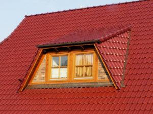 Eine Trapezgaube mit Dachfenstern aus Holz