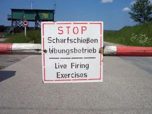 Warnschild vor Truppenübungsplatz / Foto: Wikipedia / Fiorellino / CC BY 3.0 DE