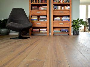 Gerookte geborstelde planken vloer