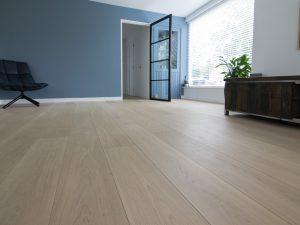 Rustige witte houten vloer