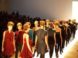Modemarken auf dem Laufsteg