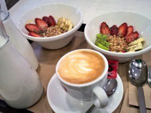 Desayunos saludables en PINALE, Bowls de yogur o leches vegetales, cereales y fruta de temporada