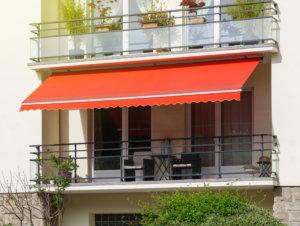 Eine Markise lässt sich als Balkonüberdachung ein- und ausfahren