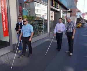 Udo Feldinger und Robert Scheller üben mit dem Blindenstock.