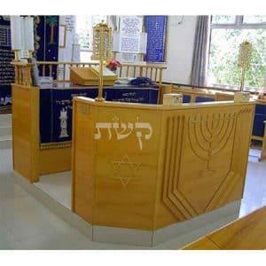 בימה ותיבה בבית הכנסת אוהב צדק, כפר סבא- קשת רהיטים
