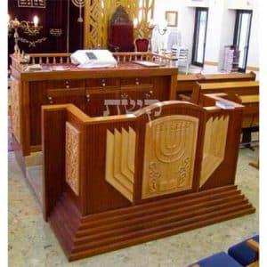 """בימה ותיבה בבית הכנסת היכל יעקב (של הרב מרדכי אליהו זצ""""ל)- קשת רהיטי עץ ומתכת"""