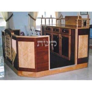 בימה ותיבה בבית הכנסת בנהריה- קשת רהיטי עץ ומתכת