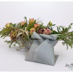 Trauergesteck mit Ecuador Rosen, Tiladsi, Hortensie und Protea