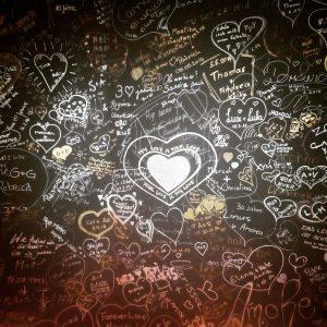 viele Herzen an der Wand des Geniesser- und Kuschelhotel GAMS