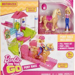 φανταστικές ιστορίες! Αυτό το σετ ζωντανεύει τους αγώνες ιππασίας με πίστα και αξεσουάρ που έχουν κίνηση. Η Barbie και το πόνυ της είναι έτοιμοι να νικήσουν γιατί ξέρουν να κάνουν ιππασία πολύ καλά! Η Barbie