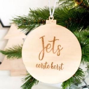 Houten hanger bal eerste kerst