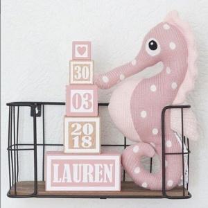Houten geboortetoren roze