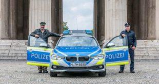 Symbolfoto Blauer Streifenwagen und blaue Uniformen Quelle Foto Polizei München