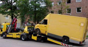Paketbote beliefert mit schrottreifem Fahrzeug die Verkehrspolizeiinspektion in München - Auto beschlagnahmt Quelle Foto Polizei München