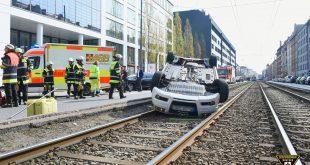 Aut landet bei Verkehrsunfall auf dem Rücken im Trambahngleis Quelle Foto Feuerwehr München