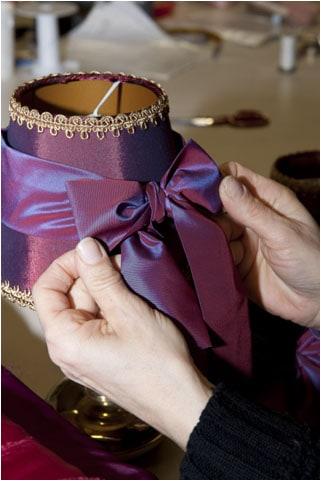 paralume-viola-fiocco-lampadari-lusso-artigianali-artistici-italiani-design-classici-eleganti-personalizzati-decorativi-illuminazione-vetro-murano