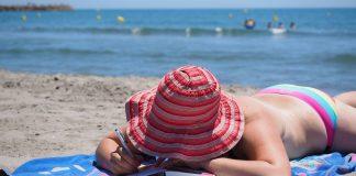 En dépit du risque de cancer de la peau, de nombreuses personnes continuent de bronzer...