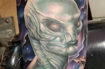 Инопланетянин тату на бицепсе