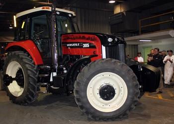 Legördült a 100 000-dik Versatile traktor