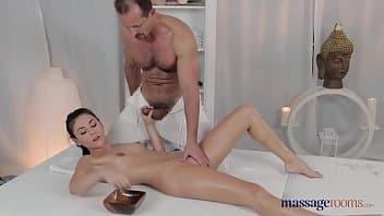 bellezza eccitata desidera essere scopata dal massaggiatore che le regala sempre un orgasmo