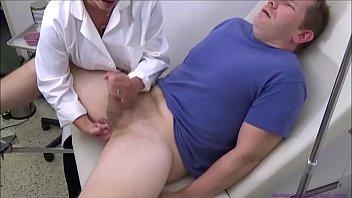 controllo della prostata e sborrata per dottoressa matura