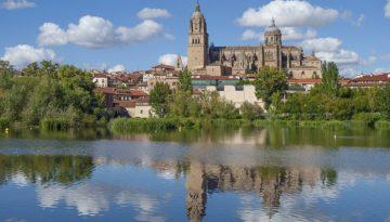 Río Tormes reflejando de la catedral de Salamanca sobre su superficie de sus aguas