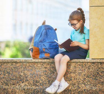 Flicka med ryggsäck