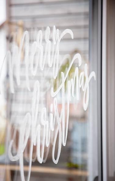 Kreidestift auf Fensterscheibe - Weihnachtsdeko