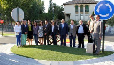 Políticos españoles inaugurando rotonda