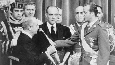 Juan Carlos I jurando en las Cortes