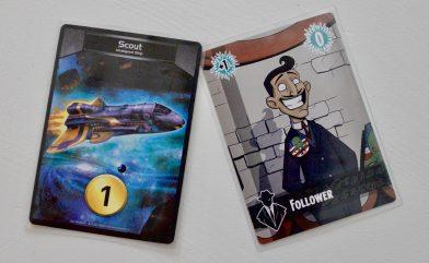 Vasemmalla Star Realmsin 1 pisteen arvoinen ostokortti, oikealla vastaava Cthulhu Realmsista