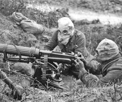 Soldados en las trincheras con mascaras protectoras cuando aún servían para algo