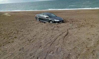 Se les encajó el auto y pasaron la noche en la costa