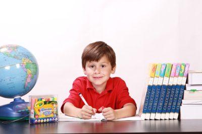Junge lernt konzentriert nach mindTV