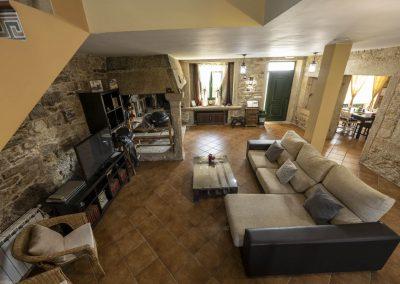 Salón con chimenea de la planta baja de la casa rural A Canteira en Vimianzo A Coruña Galicia