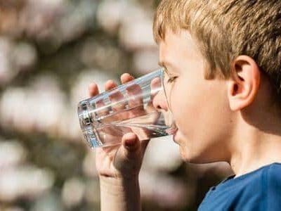 Acqua e bambini: un decalogo per bere bene