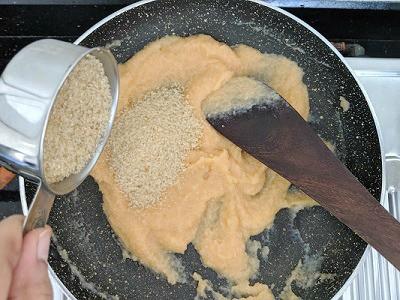 Adding raw sugar to the kesari