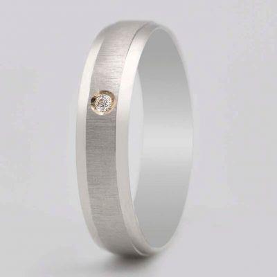 Alianza de Oro Blanco de 18 quilates ASF Ref. 60572 . Esta preciosa alianza tiene una anchura de 4,5 mm con la parte central en y un brillante.