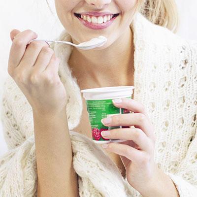 Le yaourt avec un fond de fruits