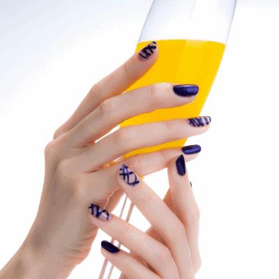 streifen auf blauen Nägeln